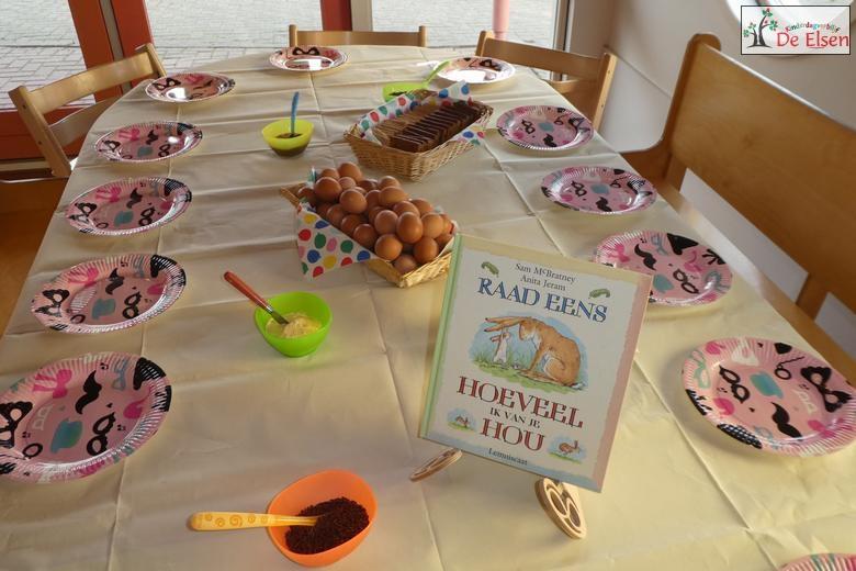 De ontbijttafel staat klaar met het voorleesboek.