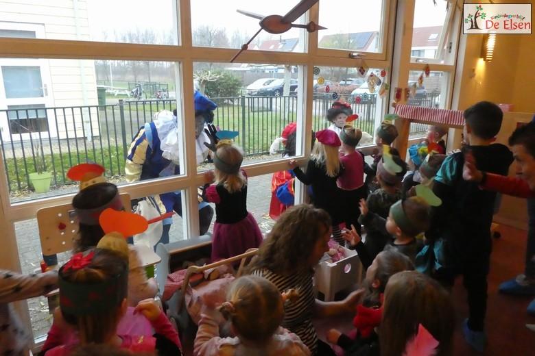 Na de bekende liedjes gezongen te hebben staan de Pieten weer voor het raam.